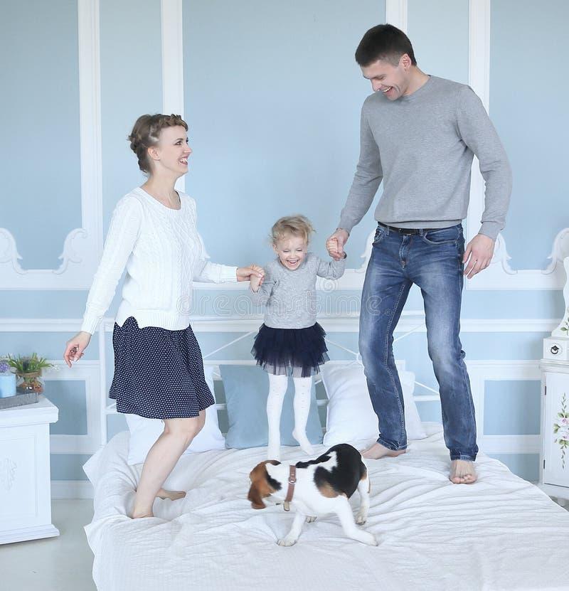 Ευτυχές οικογενειακό παιχνίδι στην ελεύθερη ημέρα κρεβατοκάμαρων στοκ φωτογραφίες