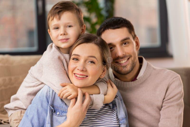 Ευτυχές οικογενειακό πορτρέτο στο σπίτι στοκ φωτογραφία με δικαίωμα ελεύθερης χρήσης