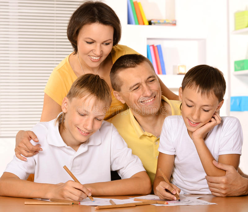 Ευτυχές οικογενειακό σχέδιο με τα μολύβια στοκ εικόνες με δικαίωμα ελεύθερης χρήσης