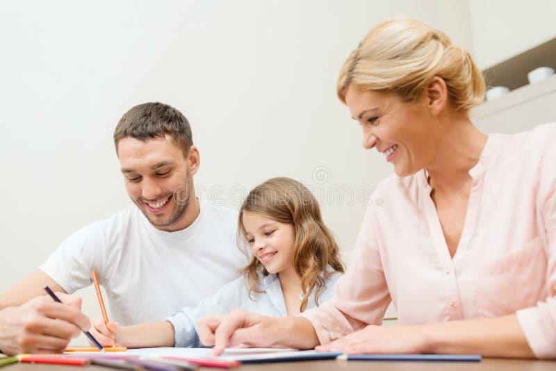 Ευτυχές οικογενειακό σχέδιο στο σπίτι στοκ φωτογραφία με δικαίωμα ελεύθερης χρήσης
