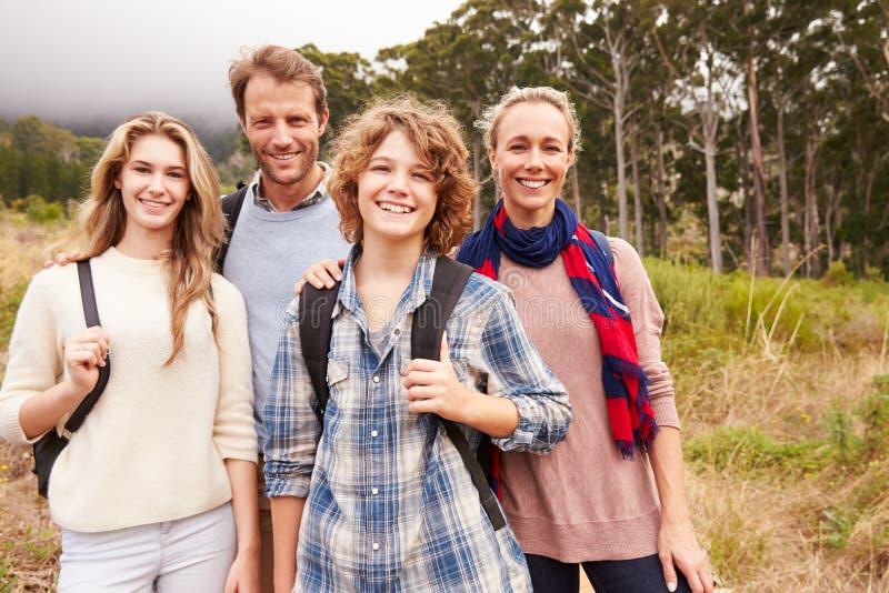Ευτυχές οικογενειακό υπαίθριο πορτρέτο σε ένα δάσος στοκ εικόνα με δικαίωμα ελεύθερης χρήσης
