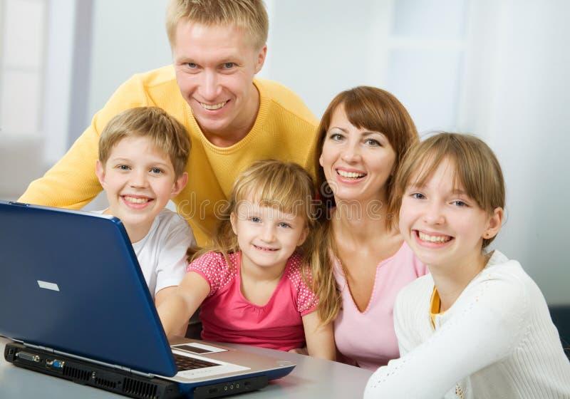 Ευτυχές οικογενειακό χαμόγελο στοκ εικόνες με δικαίωμα ελεύθερης χρήσης