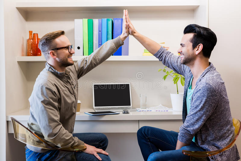 Ευτυχές ομοφυλοφιλικό ζεύγος που κάνει υψηλά πέντε στοκ εικόνα με δικαίωμα ελεύθερης χρήσης