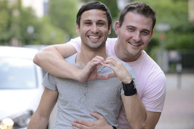 Ευτυχές ομοφυλοφιλικό ζεύγος υπαίθρια στοκ εικόνες