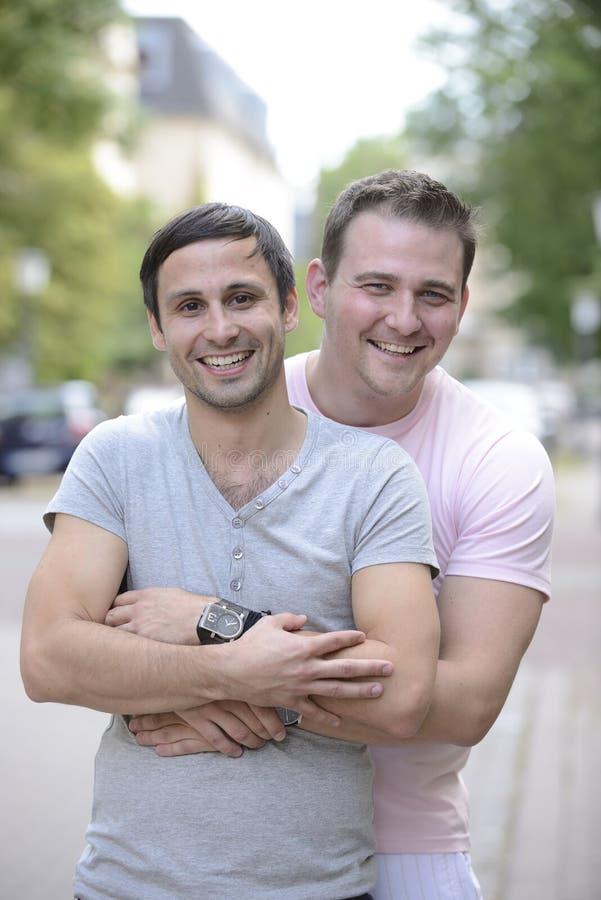 Ευτυχές ομοφυλοφιλικό ζεύγος υπαίθρια στοκ φωτογραφία με δικαίωμα ελεύθερης χρήσης