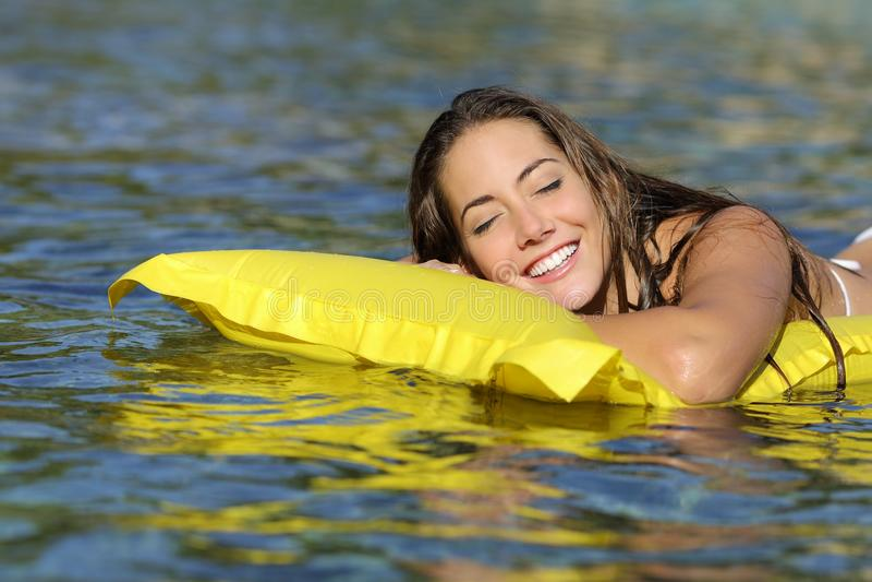Ευτυχές λούσιμο κοριτσιών στην παραλία στις θερινές διακοπές στοκ εικόνες με δικαίωμα ελεύθερης χρήσης