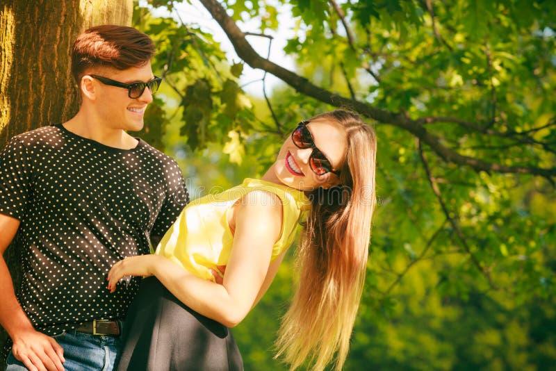 Download ευτυχές πάρκο ζευγών στοκ εικόνες. εικόνα από ευτυχία - 62706582