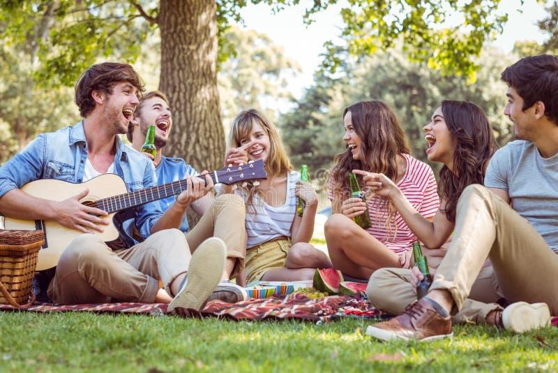 ευτυχές πάρκο φίλων στοκ φωτογραφίες