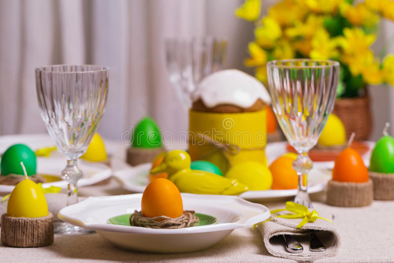 Ευτυχές Πάσχα! Εξυπηρετώντας για τον πίνακα Πάσχας, στο κίτρινο ντεκόρ στοκ φωτογραφίες με δικαίωμα ελεύθερης χρήσης