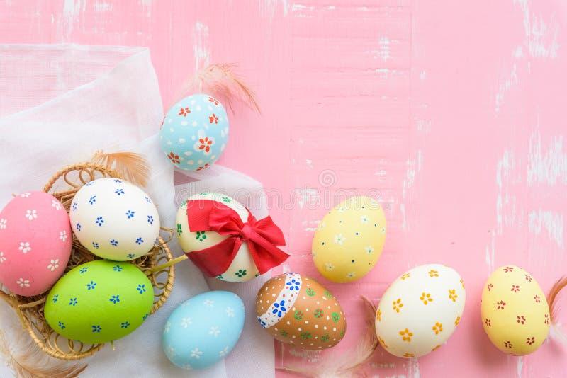 Ευτυχές Πάσχα! Ζωηρόχρωμος των αυγών Πάσχας που δένονται με την κόκκινη κορδέλλα στοκ φωτογραφίες με δικαίωμα ελεύθερης χρήσης