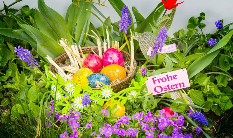 Ευτυχές Πάσχα, καλάθια Πάσχας με τα αυγά, ζωηρόχρωμα λουλούδια στοκ φωτογραφία με δικαίωμα ελεύθερης χρήσης