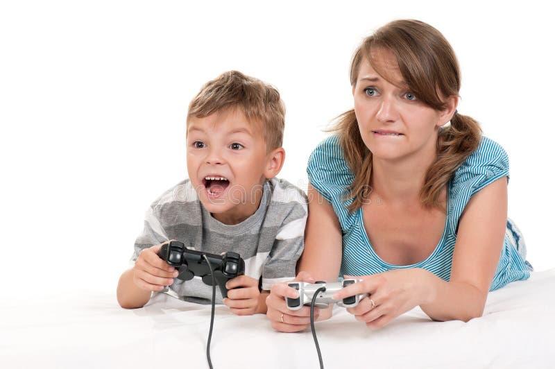 ευτυχές παίζοντας βίντεο οικογενειακών παιχνιδιών στοκ φωτογραφία με δικαίωμα ελεύθερης χρήσης