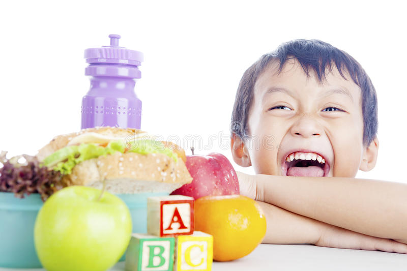 Ευτυχές παιδί με το σχολικό μεσημεριανό γεύμα στοκ εικόνες