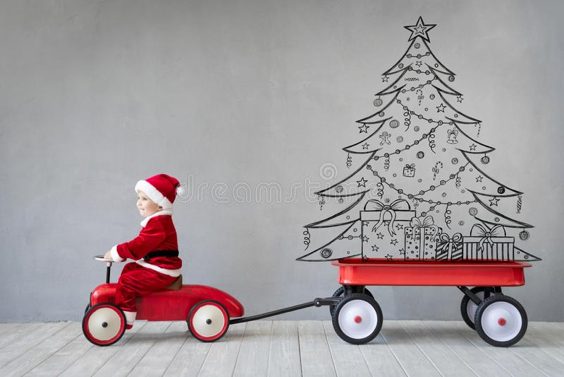 Ευτυχές παιδί που έχει τη διασκέδαση στο χρόνο Χριστουγέννων στοκ φωτογραφία