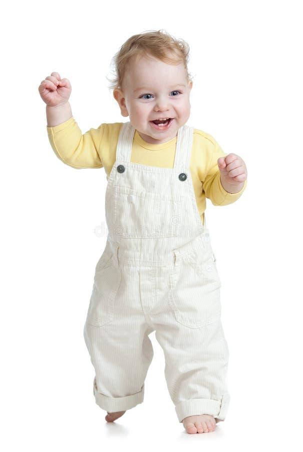 Ευτυχές παιδί που καθιστά το πρώτο βήμα απομονωμένο στοκ φωτογραφία με δικαίωμα ελεύθερης χρήσης