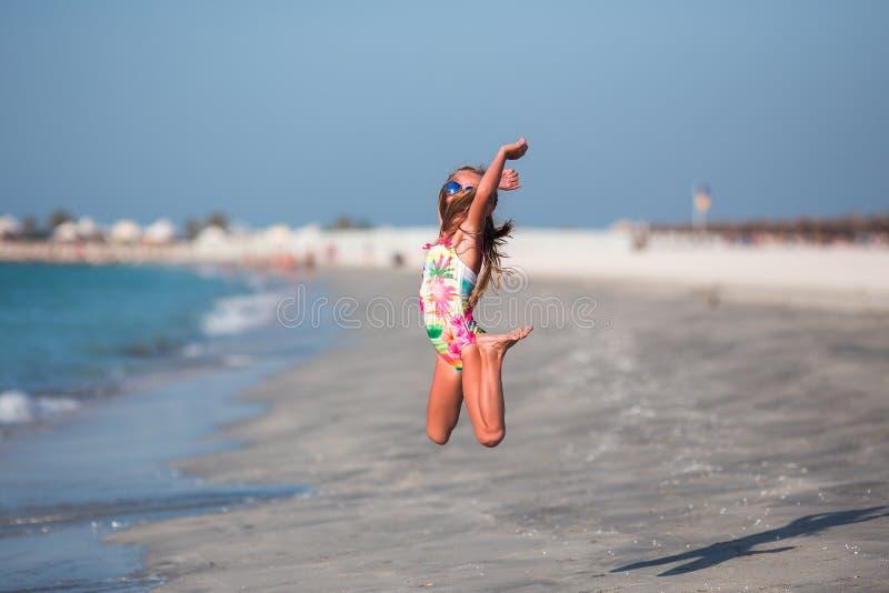 Ευτυχές παιδί που πηδά στις θερινές διακοπές στην εξωτική τροπική παραλία στοκ φωτογραφίες με δικαίωμα ελεύθερης χρήσης