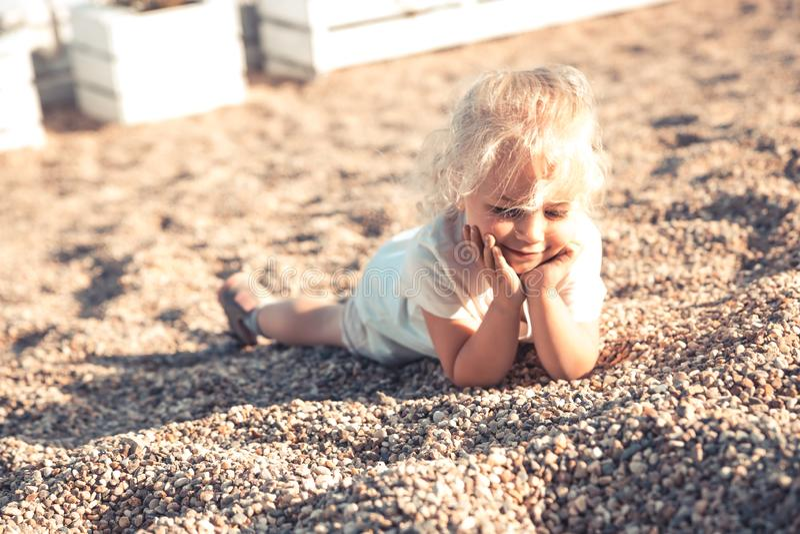 Ευτυχές παιδί που στηρίζεται θερινό τρόπο ζωής παιδικής ηλικίας παραλιών στον ξένοιαστο στοκ εικόνα με δικαίωμα ελεύθερης χρήσης