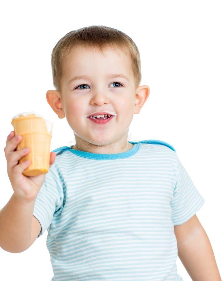 Ευτυχές παιδί που τρώει το παγωτό που απομονώνεται στοκ φωτογραφίες