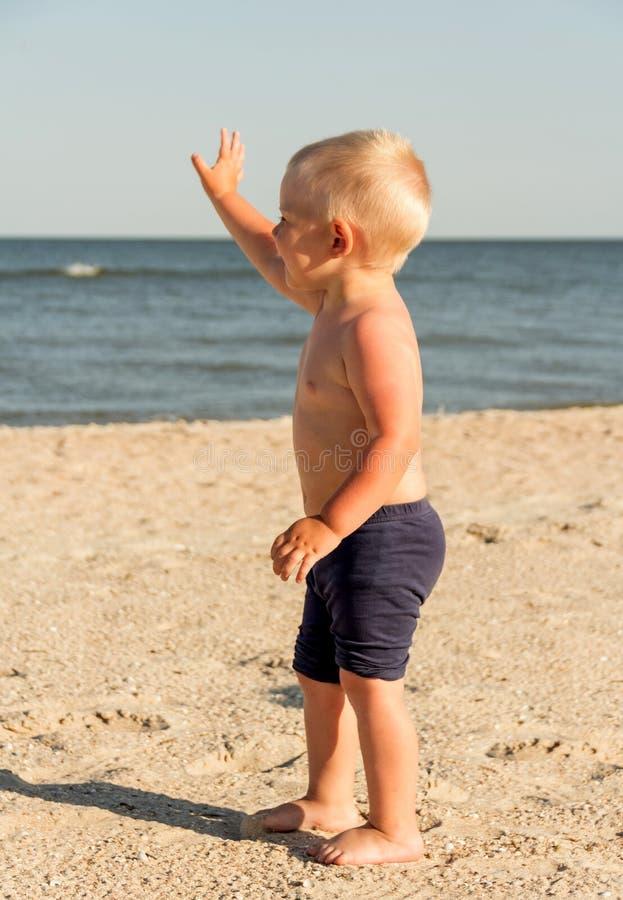 Ευτυχές παιδί στον κυματισμό παραλιών στοκ φωτογραφία με δικαίωμα ελεύθερης χρήσης