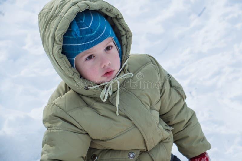 Ευτυχές παιδί στο winterwear γέλιο παίζοντας snowdrift στοκ εικόνες με δικαίωμα ελεύθερης χρήσης