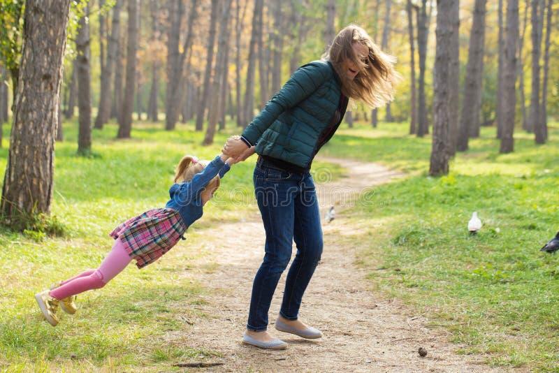 Ευτυχές παιχνίδι μητέρων με την κόρη του στο πάρκο στη θερινή ημέρα στοκ εικόνες με δικαίωμα ελεύθερης χρήσης