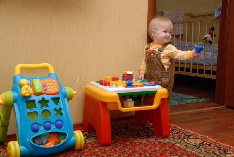 ευτυχές παιχνίδι μωρών στοκ φωτογραφίες