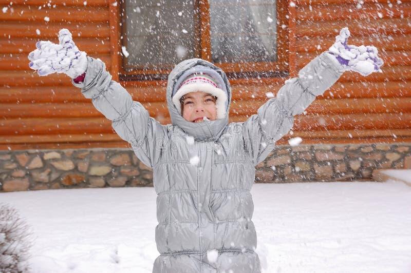 Ευτυχές παιχνίδι παιδιών με το χιόνι υπαίθρια, χειμερινοί αγώνες στις διακοπές στη χώρα στοκ φωτογραφίες με δικαίωμα ελεύθερης χρήσης