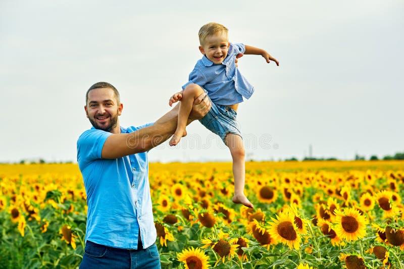 Ευτυχές παιχνίδι πατέρων με το γιο του σε έναν θερινό περίπατο στοκ εικόνες