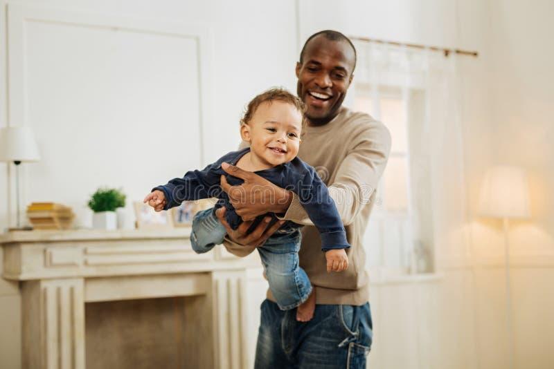 Ευτυχές παιχνίδι πατέρων με το νέο γιο του στοκ εικόνες