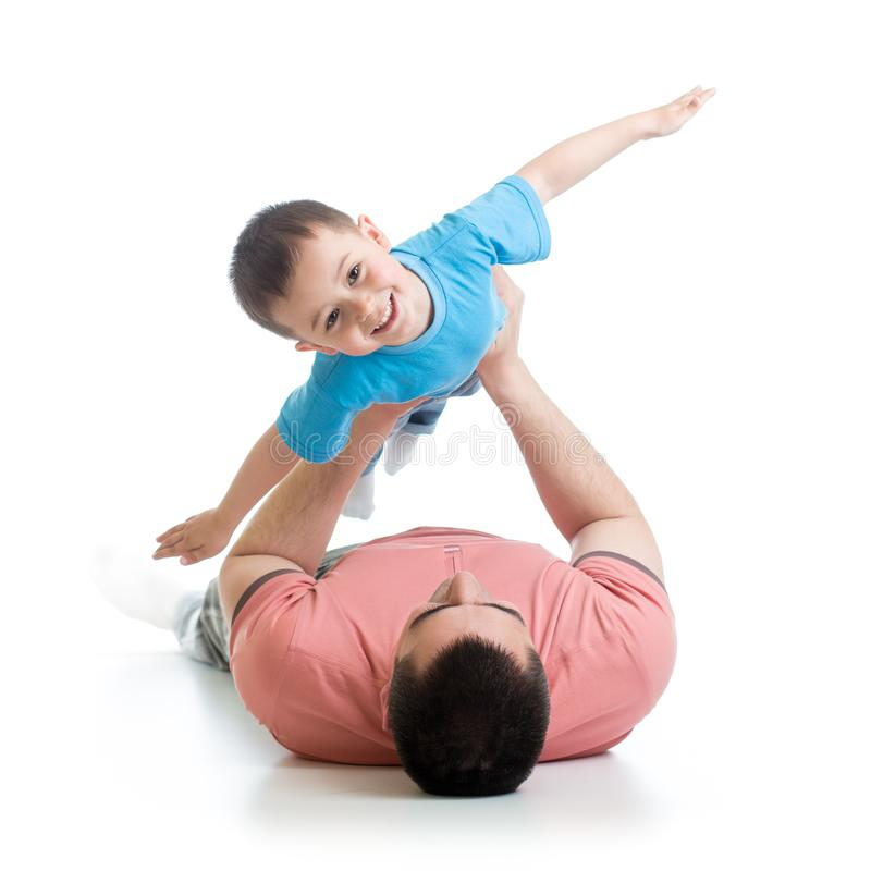 Ευτυχές παιχνίδι πατέρων με το παιδί γιων που βρίσκεται στο πάτωμα στοκ φωτογραφίες με δικαίωμα ελεύθερης χρήσης