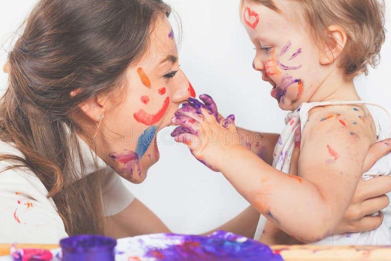 Ευτυχές παιχνίδι mom και μωρών με το χρωματισμένο πρόσωπο από το χρώμα στοκ φωτογραφίες με δικαίωμα ελεύθερης χρήσης