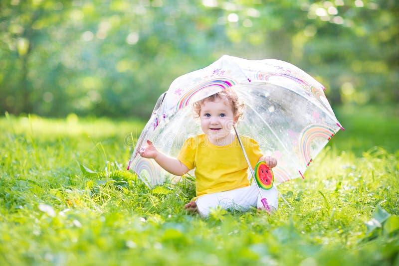 Ευτυχές παιχνίδι κοριτσάκι γέλιου κάτω από την ομπρέλα στοκ φωτογραφία με δικαίωμα ελεύθερης χρήσης