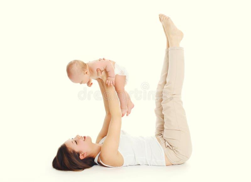 Ευτυχές παιχνίδι μητέρων με το μωρό στο άσπρο υπόβαθρο στοκ φωτογραφία με δικαίωμα ελεύθερης χρήσης
