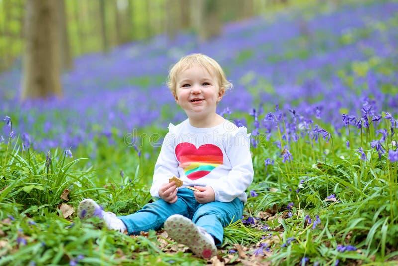 Ευτυχές παιχνίδι μικρών κοριτσιών στο δάσος bluebells στοκ φωτογραφία
