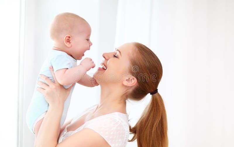 Ευτυχές παιχνίδι οικογενειακών μητέρων με το μωρό στοκ φωτογραφία με δικαίωμα ελεύθερης χρήσης
