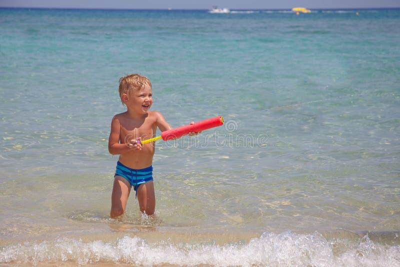 Ευτυχές παιχνίδι παιδιών σε μια παραλία στοκ φωτογραφίες με δικαίωμα ελεύθερης χρήσης