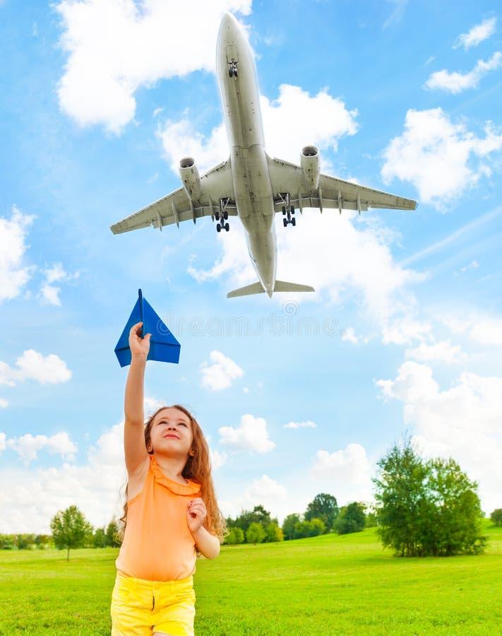Ευτυχές παιδί με το αεροπλάνο εγγράφου στοκ εικόνες