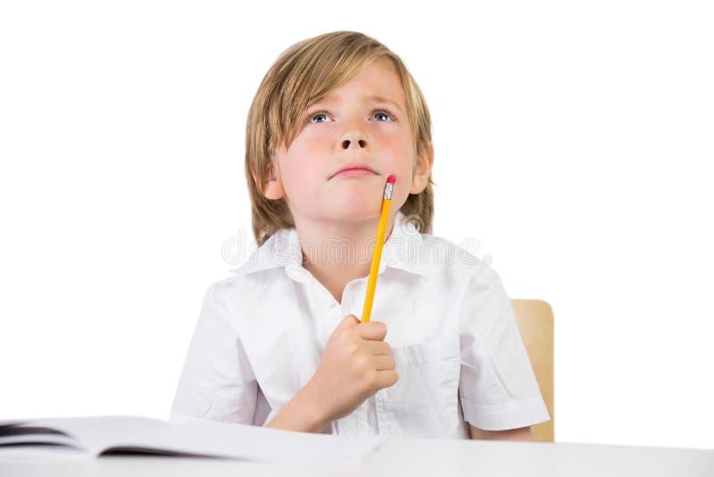 Ευτυχές παιδί που γράφει κάτω την εργασία στοκ φωτογραφίες