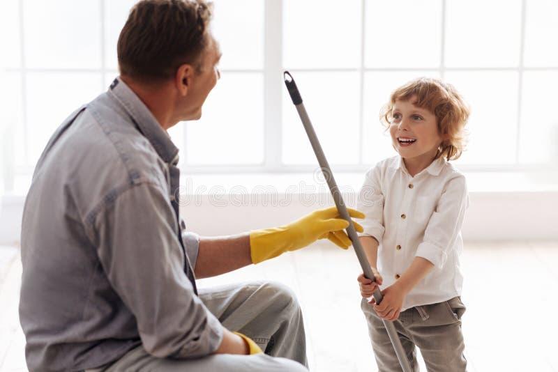 Ευτυχές παιδί που εξετάζει τον μπαμπά του στοκ εικόνα