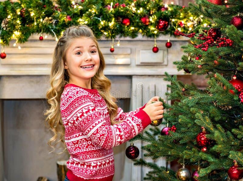 Ευτυχές παιδί που διακοσμεί το δέντρο έλατου στοκ εικόνα