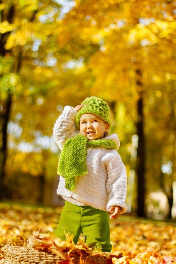 Ευτυχές παιδί στο πάρκο φθινοπώρου στοκ φωτογραφία με δικαίωμα ελεύθερης χρήσης