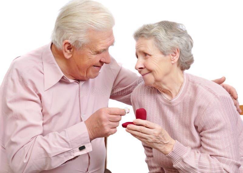 Ευτυχές παλαιό ζεύγος με το καρδιά-διαμορφωμένο δαχτυλίδι αρραβώνων στοκ εικόνα με δικαίωμα ελεύθερης χρήσης