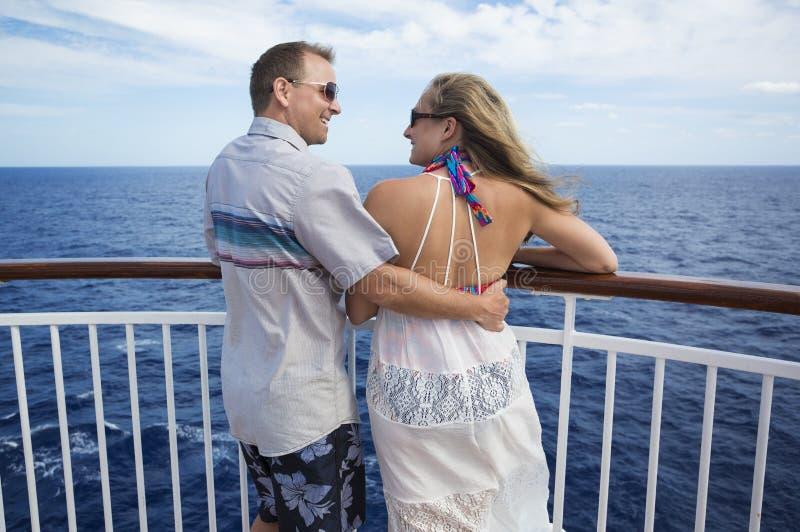 Ευτυχές παντρεμένο ζευγάρι σε μια κρουαζιέρα από κοινού στοκ φωτογραφίες