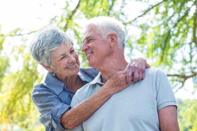 Ευτυχές παλαιό χαμόγελο ζευγών στοκ εικόνες
