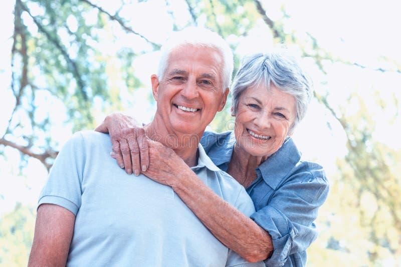Ευτυχές παλαιό χαμόγελο ζευγών στοκ φωτογραφία με δικαίωμα ελεύθερης χρήσης