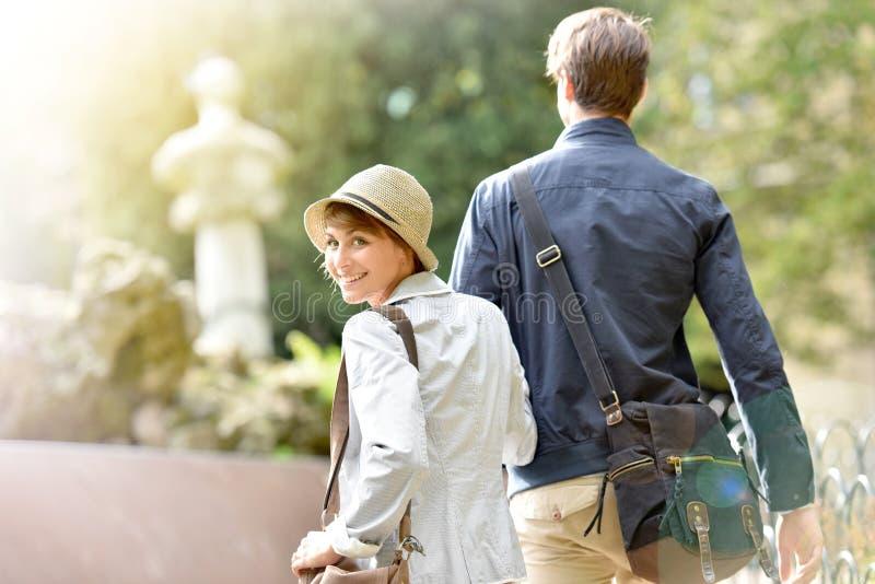 ευτυχές περπάτημα πάρκων ζ&ep στοκ φωτογραφία με δικαίωμα ελεύθερης χρήσης