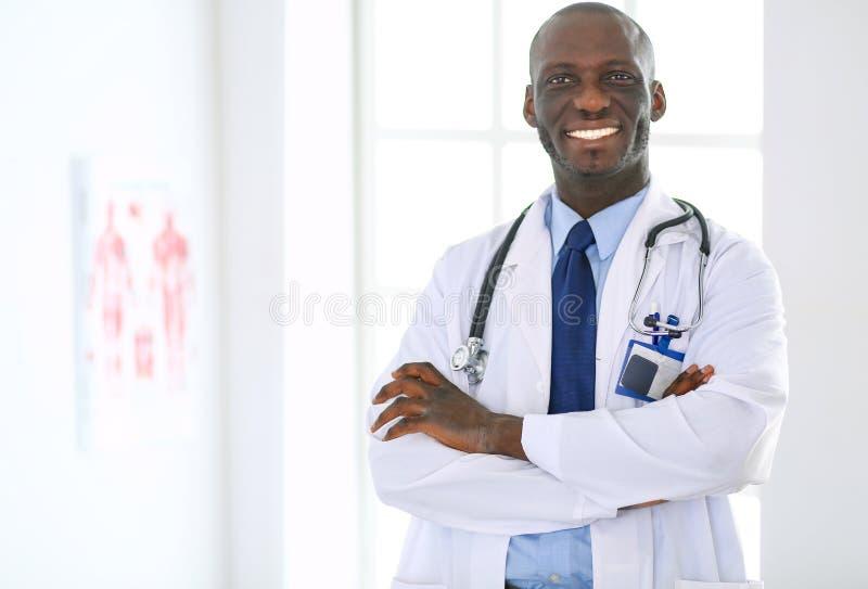 Ευτυχές πορτρέτο γιατρών ατόμων afro με τα όπλα που διασχίζονται στοκ φωτογραφίες με δικαίωμα ελεύθερης χρήσης