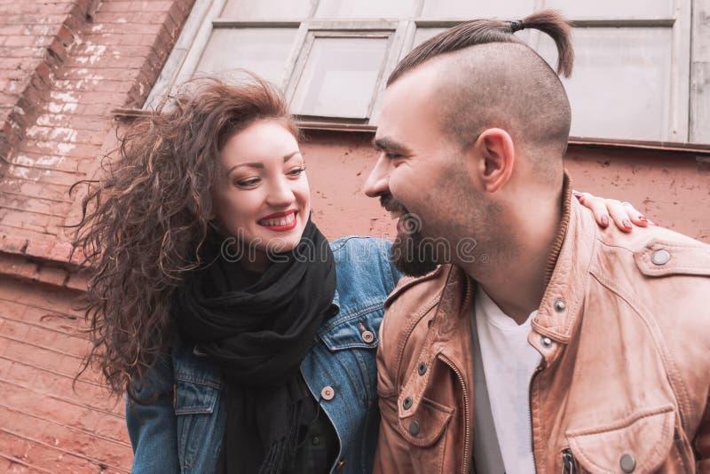 ευτυχές πορτρέτο ζευγών &r ιστορία αγάπης φιλήματος κοριτσιών κήπων αγοριών στοκ φωτογραφία