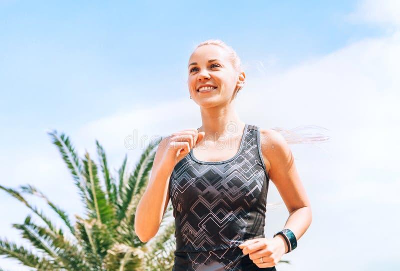 Ευτυχές πορτρέτο κοριτσιών χαμόγελου τρέχοντας στοκ εικόνες