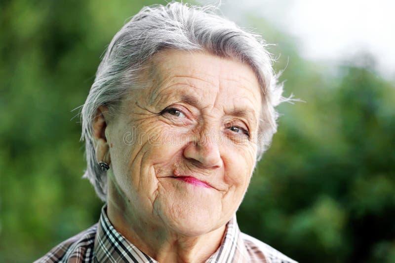 Ευτυχές πρόσωπο γιαγιάδων σε ένα πράσινο στοκ εικόνα με δικαίωμα ελεύθερης χρήσης